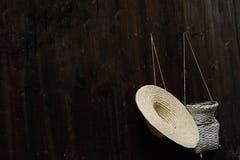Καπέλο αχύρου και ψαροκόφινο Στοκ εικόνες με δικαίωμα ελεύθερης χρήσης
