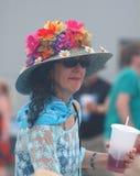 Καπέλο αχύρου που καλύπτεται με τα λουλούδια για Jazzfest Στοκ Φωτογραφία