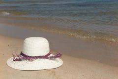 Καπέλο αχύρου σε ένα τροπικό καλοκαίρι παραλιών Στοκ Εικόνες
