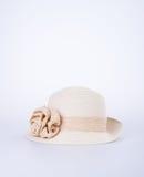 Καπέλο για την κυρία ή όμορφο καπέλο αχύρου με το λουλούδι Στοκ Φωτογραφίες