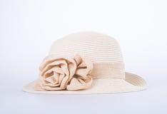 Καπέλο για την κυρία ή όμορφο καπέλο αχύρου με το λουλούδι Στοκ Εικόνες