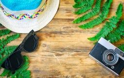 Καπέλο, γυαλιά ηλίου, φύλλα καμερών και φτερών Στοκ Φωτογραφίες