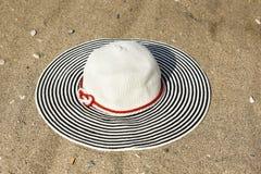 Καπέλο γυναικών στην άμμο Στοκ Φωτογραφία
