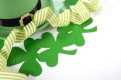 Καπέλο ημέρας του ST Patricks leprechaun με τα τριφύλλια στοκ εικόνα