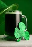 Καπέλο ημέρας του ST Patricks leprechaun με την κούπα της πράσινων μπύρας και του τριφυλλιού Στοκ φωτογραφία με δικαίωμα ελεύθερης χρήσης