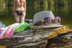 Καπέλο και γυαλιά στις αμμώδεις όχθεις του ποταμού Στοκ φωτογραφία με δικαίωμα ελεύθερης χρήσης