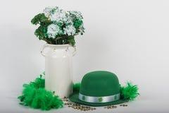 Καπέλο και λουλούδια ημέρας του ST Πάτρικ ` s στοκ φωτογραφία