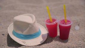 Καπέλο και ποτά στην τροπική παραλία απόθεμα βίντεο