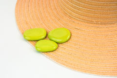 Καπέλο και πράσινο χαλίκι Στοκ Φωτογραφία