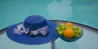 Καπέλο και φρούτα από τη λίμνη swimmimg Στοκ φωτογραφίες με δικαίωμα ελεύθερης χρήσης