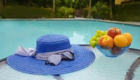 Καπέλο και φρούτα από τη λίμνη swimmimg Στοκ φωτογραφία με δικαίωμα ελεύθερης χρήσης