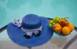 Καπέλο και φρούτα από τη λίμνη swimmimg Στοκ εικόνες με δικαίωμα ελεύθερης χρήσης