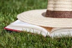 Καπέλο σε ένα βιβλίο Στοκ εικόνες με δικαίωμα ελεύθερης χρήσης