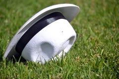 Καπέλο στη χλόη Στοκ Φωτογραφία