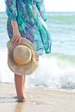 Καπέλο στο χέρι girl's Στοκ Εικόνα