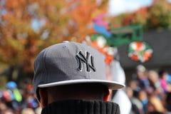 Καπέλο των New York Yankees στο κεφάλι Στοκ εικόνες με δικαίωμα ελεύθερης χρήσης