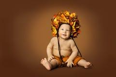 Καπέλο φθινοπώρου μωρών, κορώνα φύλλων πτώσης συνεδρίασης παιδιών, αγόρι παιδιών Στοκ Φωτογραφίες