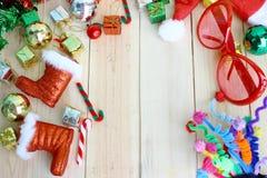 Καπέλο Santa και διακόσμηση Χριστουγέννων με τα κόκκινα γυαλιά στο ξύλινο υπόβαθρο με το διάστημα για το κείμενο Στοκ φωτογραφία με δικαίωμα ελεύθερης χρήσης