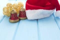 Καπέλο Santa με τις διακοσμήσεις Χριστουγέννων στον ξύλινο πίνακα Στοκ φωτογραφία με δικαίωμα ελεύθερης χρήσης
