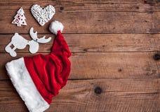 Καπέλο Santas, σύνολο Χριστουγέννων, δώρο και χριστουγεννιάτικο δέντρο Εορτασμός Στοκ Φωτογραφίες