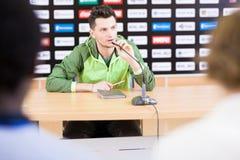 Καπετάνιος ομάδας ποδοσφαίρου στη συνέντευξη τύπου Στοκ Εικόνες