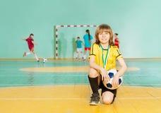 Καπετάνιος ομάδων ποδοσφαίρου που στέκεται στο γόνατο σε futsal Στοκ εικόνες με δικαίωμα ελεύθερης χρήσης