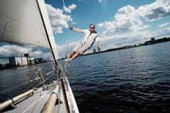 Καπετάνιος σε ένα γιοτ Στοκ εικόνα με δικαίωμα ελεύθερης χρήσης