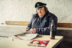 Καπετάνιος του πορθμείου στη λίμνη Hallstatt βουνών κατά τη διάρκεια του σπασίματος Στοκ Εικόνες