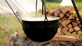 Καπνίζοντας δοχείο στους καυτούς άνθρακες Μαγειρεύοντας σούπα φιλμ μικρού μήκους