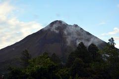 Καπνίζοντας ηφαίστειο Arenal στη Κόστα Ρίκα Στοκ φωτογραφία με δικαίωμα ελεύθερης χρήσης