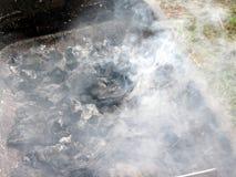 Καπνίζοντας καίγοντας ξυλάνθρακας στη σχάρα Στοκ φωτογραφία με δικαίωμα ελεύθερης χρήσης