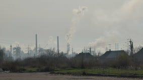 Καπνίζοντας καπνοδόχοι εργοστασίων απόθεμα βίντεο