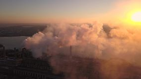 Καπνίζοντας καπνοδόχοι στο ηλιοβασίλεμα απόθεμα βίντεο