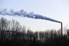 Καπνίζοντας καπνοδόχος από ένα εργοστάσιο στην Πολωνία στοκ εικόνες