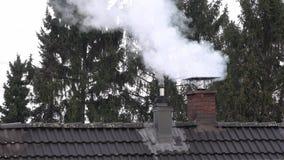Καπνίζοντας καπνοδόχος και σωλήνας στην κορυφή ενός σπιτιού με το τρεμούλιασμα θερμότητας - χρονικό σφάλμα απόθεμα βίντεο