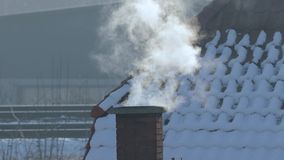 Καπνίζοντας καπνοδόχος σε μια στέγη φιλμ μικρού μήκους
