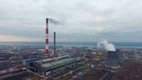 Καπνίζοντας καπνοδόχοι, σωλήνας σε εγκαταστάσεις θερμικής παραγωγής ενέργειας Εναέρια άποψη που γίνεται από το copter, κηφήνας απόθεμα βίντεο