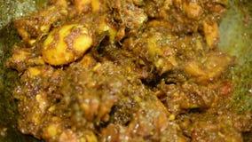 Καπνίζοντας καυτό ινδικό κάρρυ κοτόπουλου που γίνεται απόθεμα βίντεο