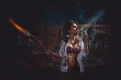 Καπνίζοντας κορίτσι με blowpipe Στοκ εικόνα με δικαίωμα ελεύθερης χρήσης