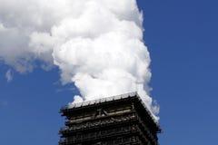 Καπνίζοντας δροσίζοντας πύργος Στοκ φωτογραφία με δικαίωμα ελεύθερης χρήσης