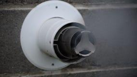Καπνίζοντας σωλήνας εξάτμισης από τη θέρμανση diesel στον τοίχο σπιτιών φιλμ μικρού μήκους