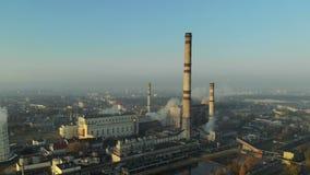 Καπνίζοντας σωλήνες των εγκαταστάσεων ενάντια στο μπλε ουρανό, ρύπανση Εκπομπές στον αέρα απόθεμα βίντεο