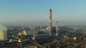 Καπνίζοντας σωλήνες των εγκαταστάσεων ενάντια στο μπλε ουρανό, ρύπανση Εκπομπές στον αέρα φιλμ μικρού μήκους