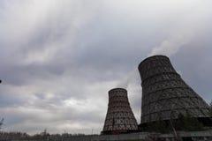 Καπνίζοντας σωλήνες των εγκαταστάσεων θερμικής παραγωγής ενέργειας ενάντια στο νεφελώδη ουρανό, timelapse βίντεο απόθεμα βίντεο