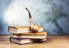 Καπνίζοντας σωλήνας και βιβλία Στοκ φωτογραφία με δικαίωμα ελεύθερης χρήσης