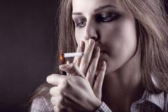 Καπνίζοντας τσιγάρο Στοκ Εικόνες