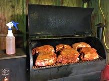 Καπνίζοντας ώμοι χοιρινού κρέατος στοκ εικόνες