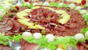 Καπνισμένα κρέας και τυρί σε ένα πιάτο Τακτοποιημένο ξηρό κρέας στο εστιατόριο ορεκτικός Θεραπευμένη πιατέλα κρέατος απόθεμα βίντεο