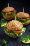 Καπνισμένα μίνι burgers σολομών Στοκ Εικόνες