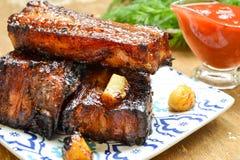 Καπνισμένα πλευρά χοιρινού κρέατος με τη σάλτσα ντοματών στοκ εικόνες